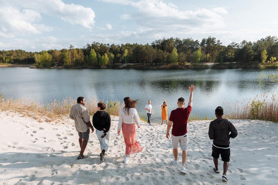 Компания молодых людей у водоема